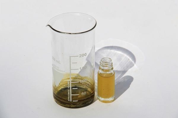 Een flesje olijfolie toevoegen aan de pure cannabisolie